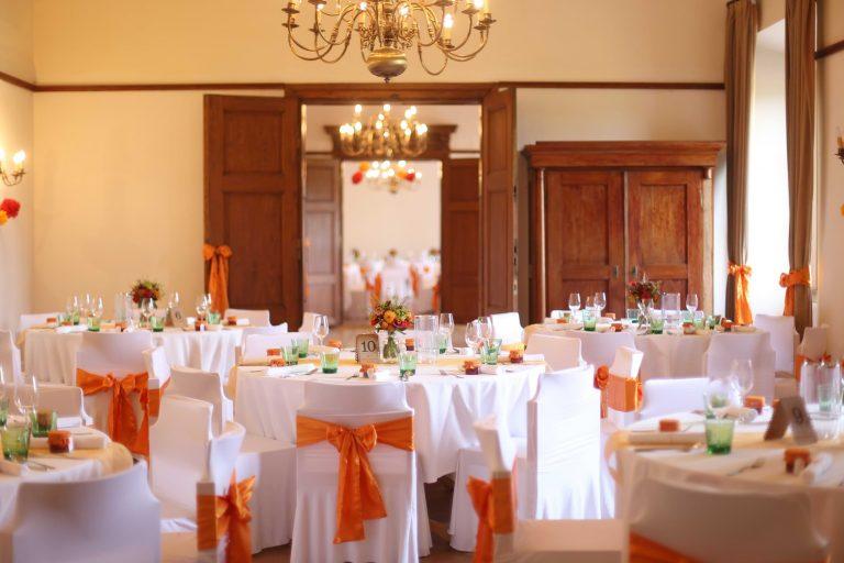 návlek na stoličku s oranžovou mašľou